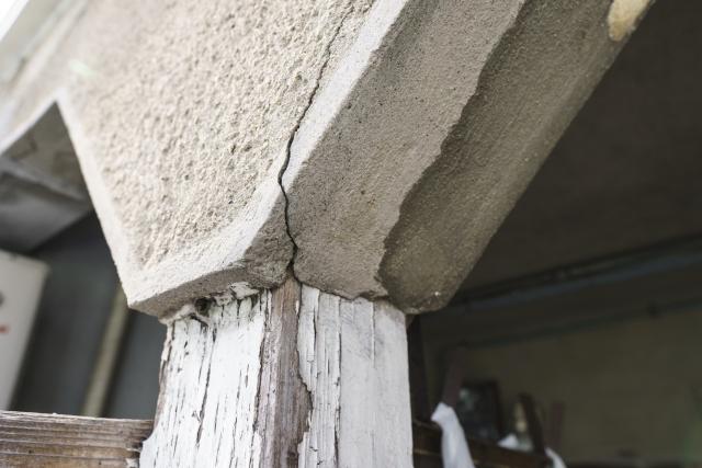 タイルやコンクリート部分にひび割れが多い