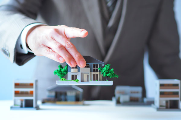 ビジネスマンと住宅模型