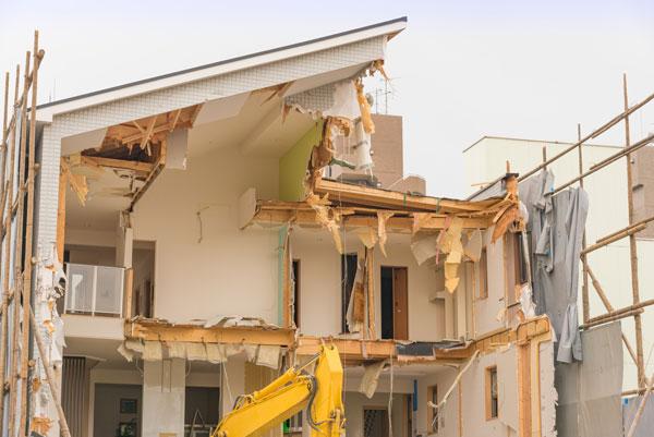 取り壊してから売る 解体中の住宅