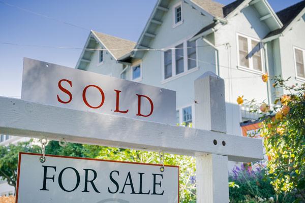 空き家を売却するベストな方法とは? Sold sign