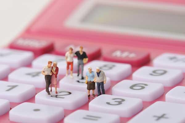 売却時における費用負担者は誰になる? 電卓と人物ミニチュア