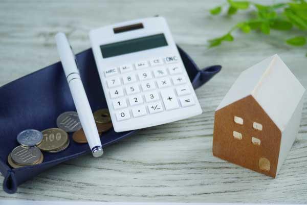 マンション買い替えの資金計画は?住宅ローンの注意点 小銭と電卓と家の模型