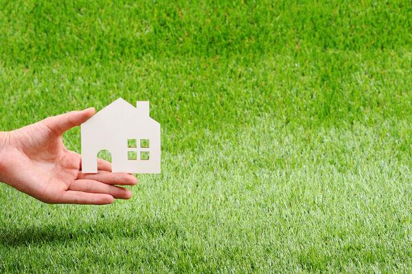 土地売却の費用はいくら?税金・節税・売却のコツも解説 芝生と家